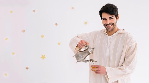 Eid al-fitr concept met de mens die thee maakt