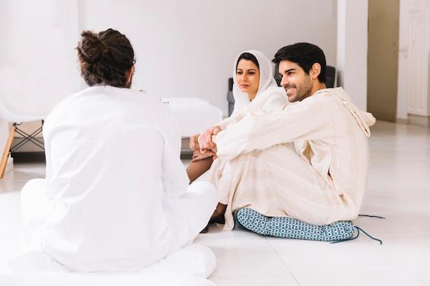 Eid al-fitr concept met een groep vrienden bij elkaar zitten