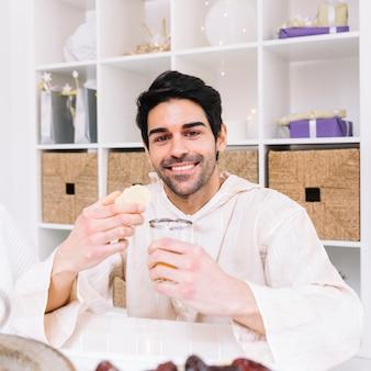 Eid al-fitr concept met lachende man