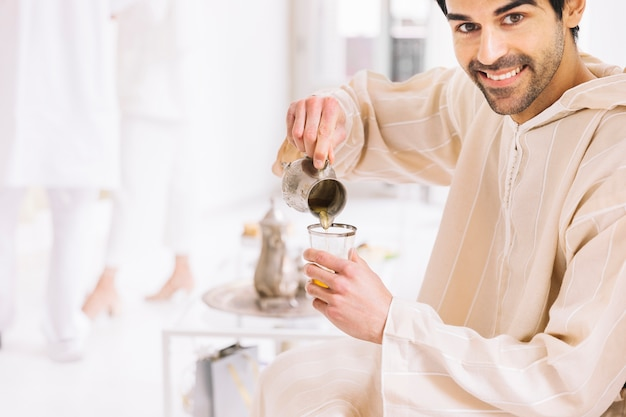 Eid al-fitr concept met man en thee