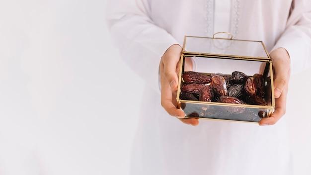 Eid al-fitr concept met man met doos met datums
