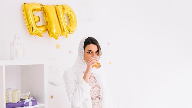 Eid-concept met vrouw drinken