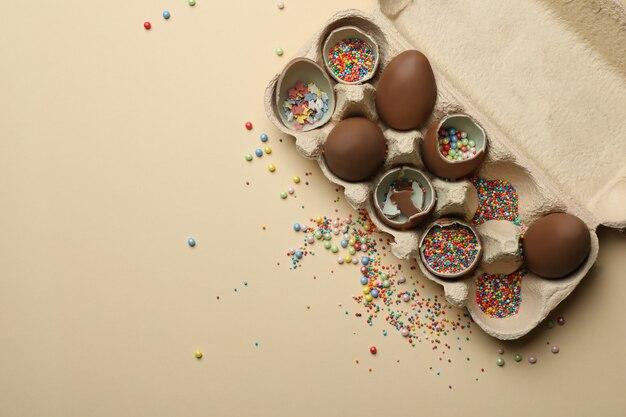 Eierdoos met chocolade-eieren met hagelslag op beige