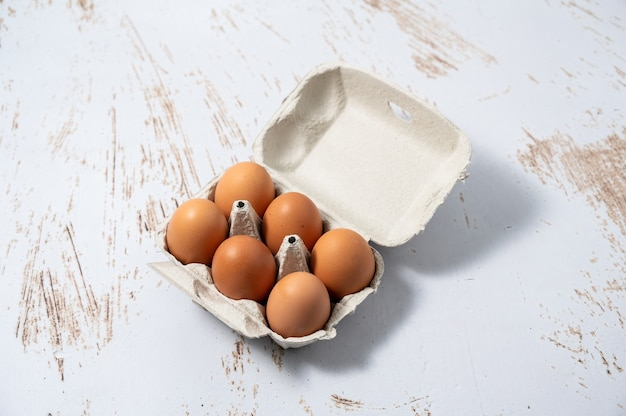 Eierdopje met een half dozijn eieren. biologische eieren van scharrelkippen.