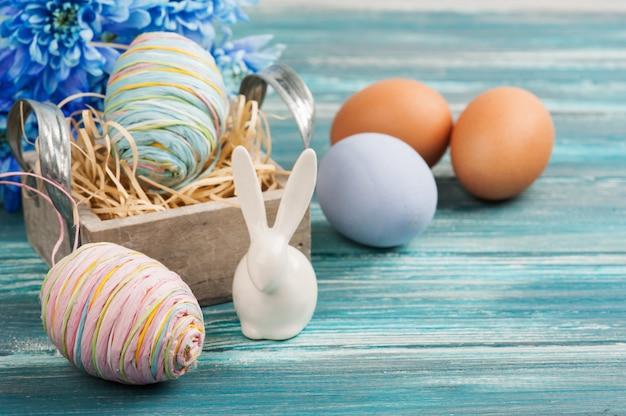 Eieren, bloemen en decoratief konijn