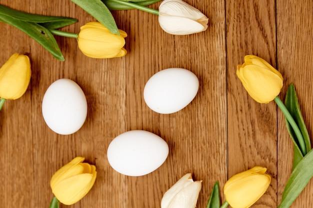 Eieren boeket bloemen houten achtergrond close-up pasen