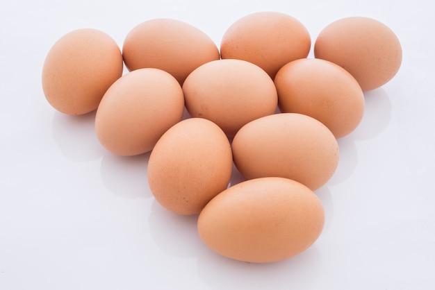Eieren die in een driehoek zijn gerangschikt, zijn geïsoleerd