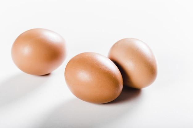 Eieren die op witte achtergrond worden geïsoleerd