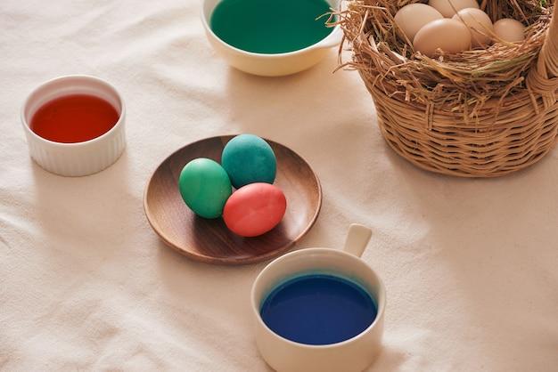 Eieren die verf voorbereiden op paasdag.