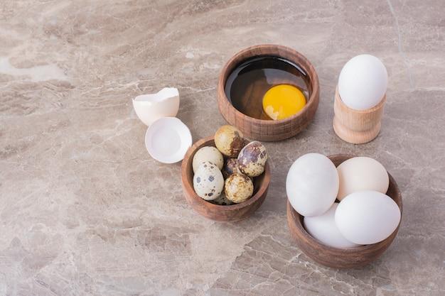 Eieren, eierschalen en eigeel in een houten kop