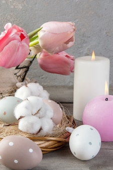 Eieren en aromakaarsen op oude houten achtergrond