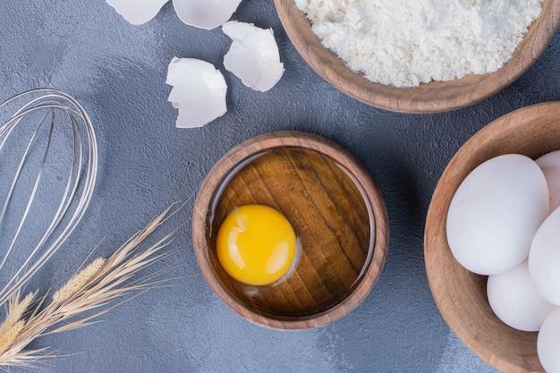 Eieren en eggy als ingrediënten om deeg te maken
