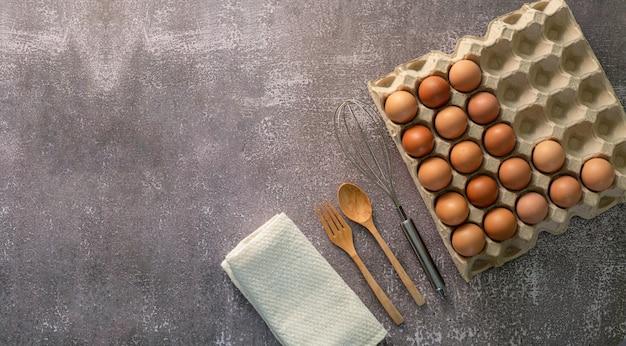 Eieren en eierkloppersbovenaanzicht drie eieren in glazen kom
