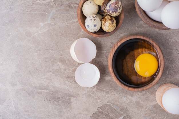 Eieren en eigeel in een houten kop.