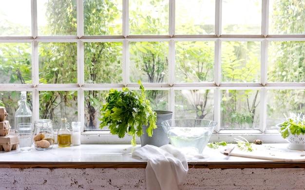 Eieren en gewassen groente door het glazen venster