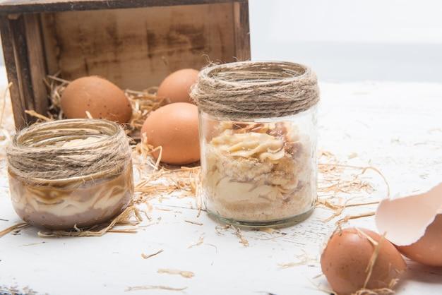 Eieren en ingrediënten om een ambachtelijk dessert te maken