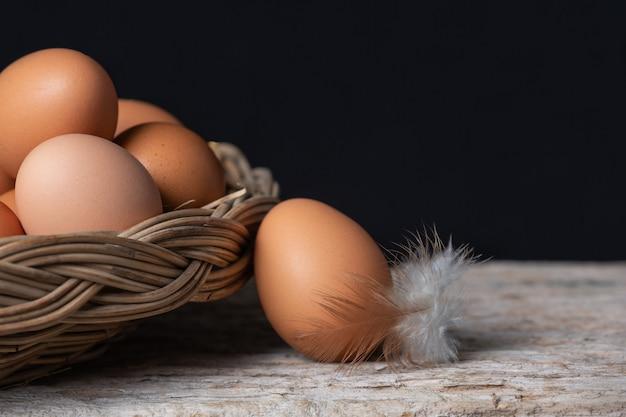 Eieren en veren op een mand