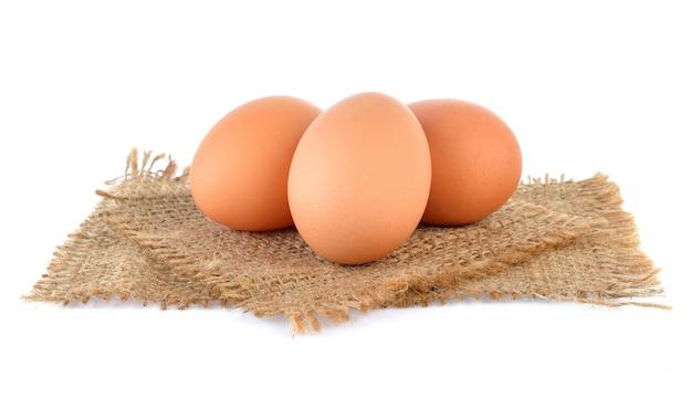 Eieren geïsoleerd op wit