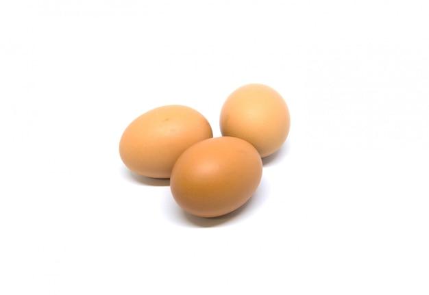 Eieren geïsoleerd studioschot. met uitknippad op wit.