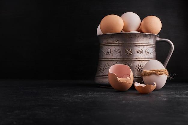 Eieren in een etnische metalen pot.