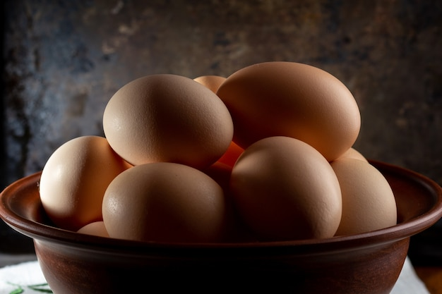 Eieren in een kom op een houten tafel
