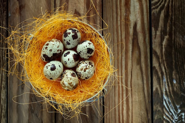 Eieren in een nest op een houten tafel