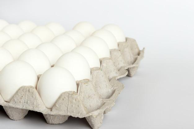 Eieren in het pakket, witte eieren in pak op witte achtergrond