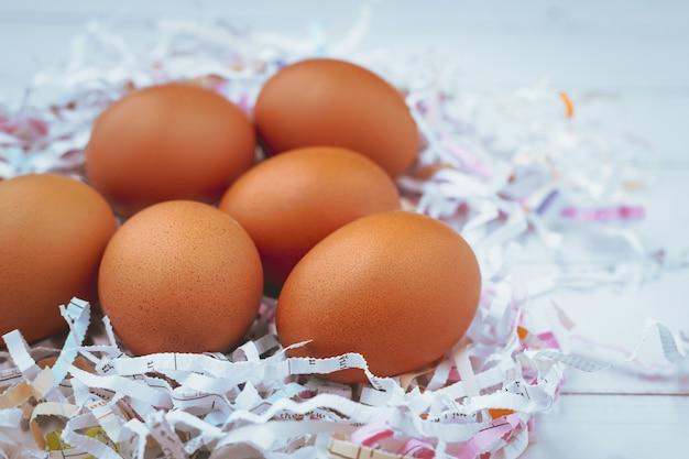 Eieren in het versnipperde papier