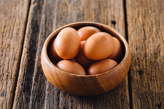 Eieren in houten kom op houten tafel