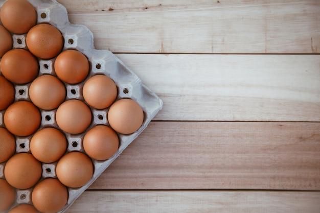 Eieren in kartonnen dozen op houten vloeren