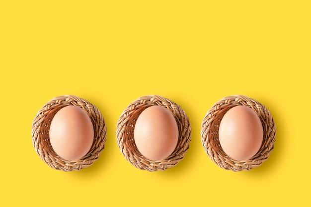 Eieren in mand gele achtergrond