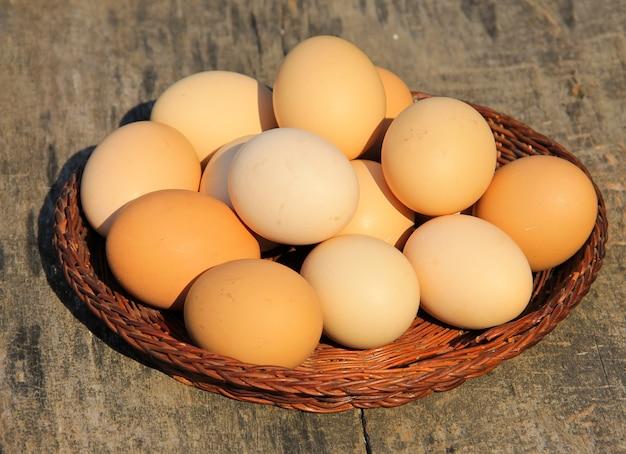 Eieren in rieten mand op houten tafel