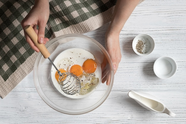 Eieren kloppen voor omelet, recept stap voor stap, bovenaanzicht