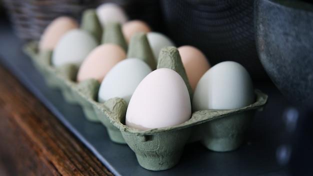 Eieren liggen in kartonnen vorm