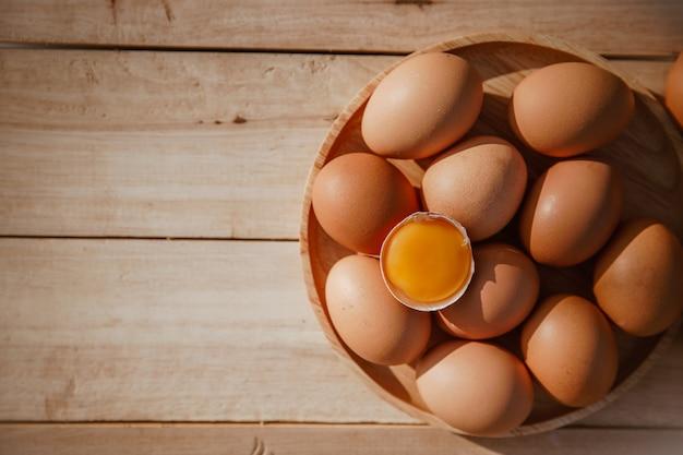 Eieren liggen op houten trays en hebben gebroken eieren. Premium Foto