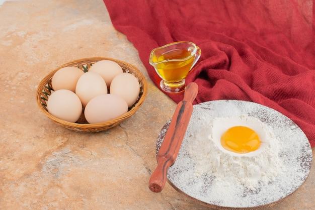 Eieren met olie in het rode oppervlak