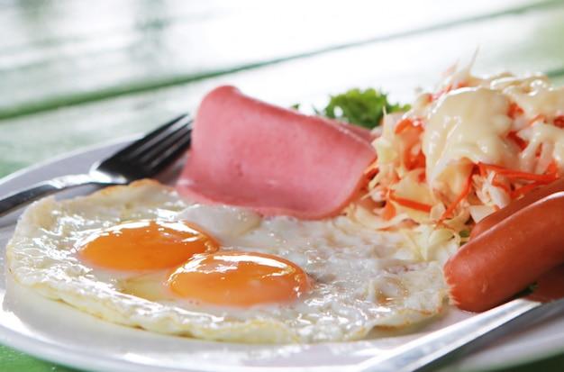 Eieren met salade op schotel