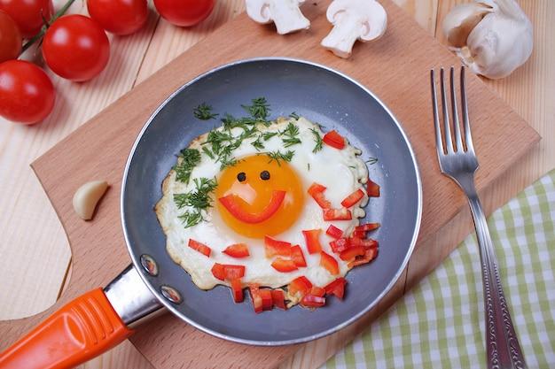 Eieren met tomaten op tafel