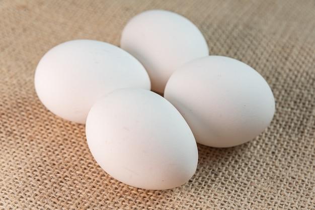 Eieren op de bruine achtergrond