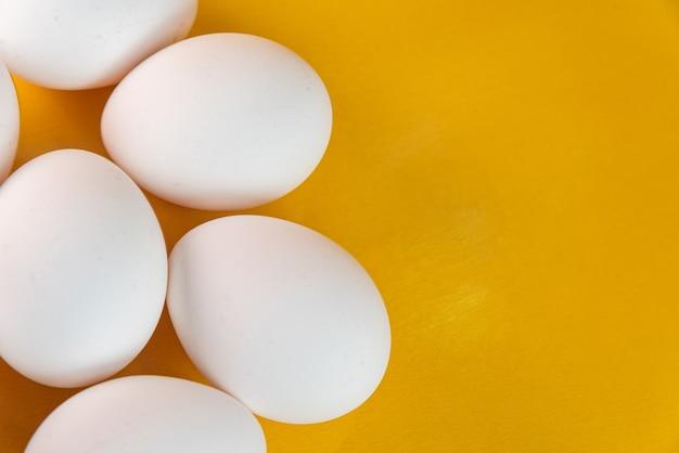 Eieren op de gele achtergrond