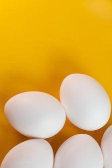Eieren op de gele tafel