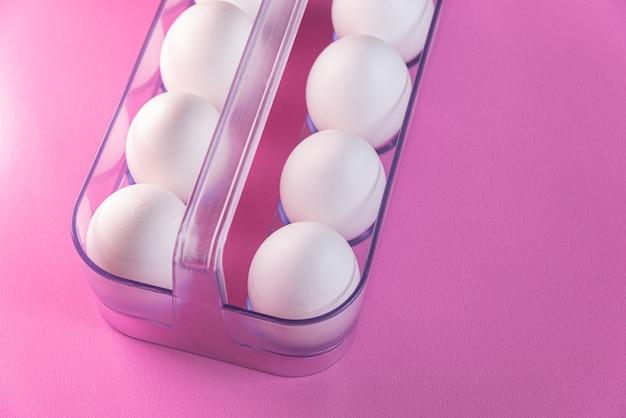 Eieren op de roze achtergrond