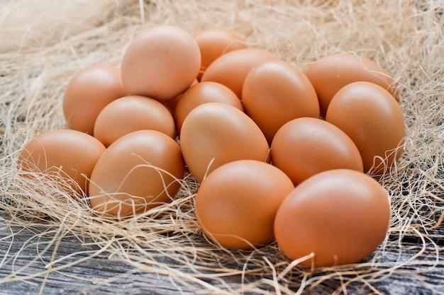 Eieren op een houten achtergrond