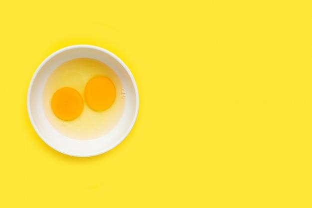 Eieren op gele achtergrond.
