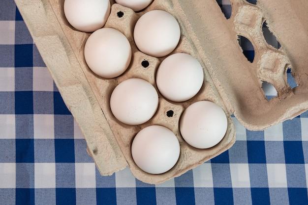 Eieren op het blauwe oppervlak