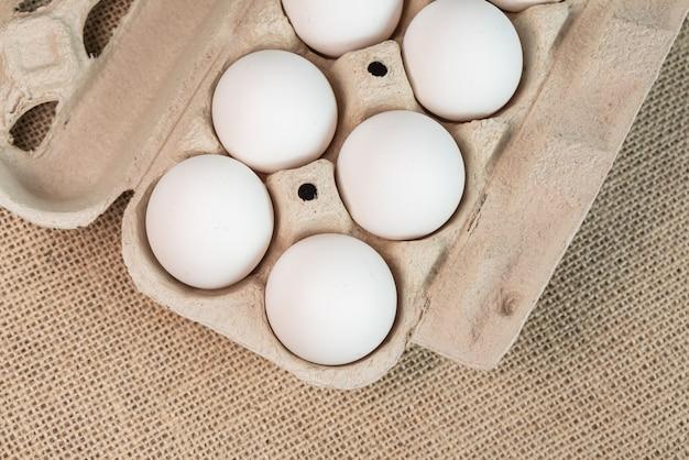 Eieren op het bruine oppervlak