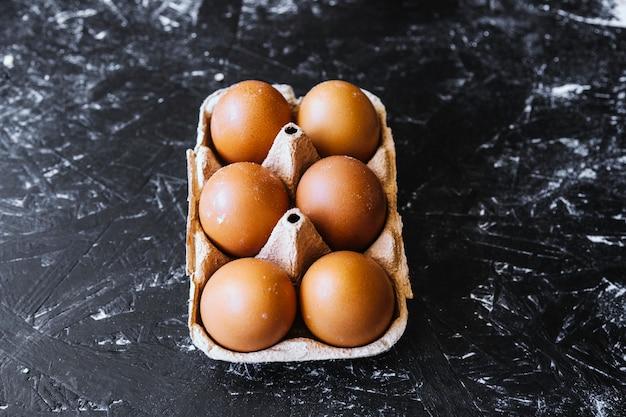 Eieren op zwart oppervlak