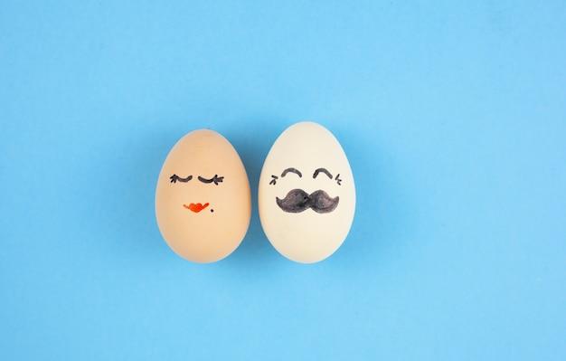 Eieren paar op blauwe achtergrond