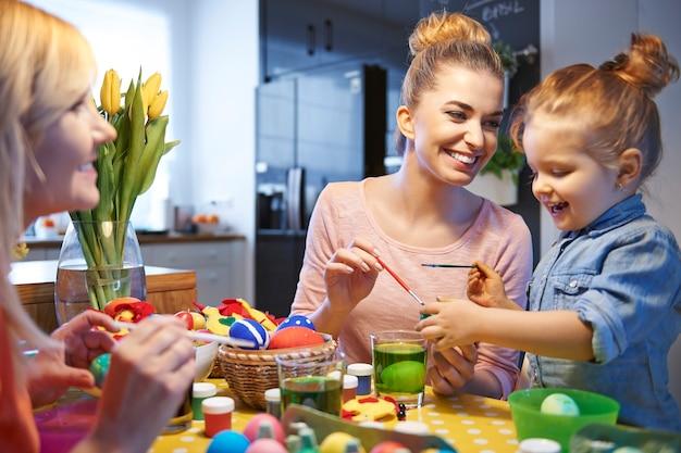 Eieren schilderen is de meest interessante fase van voorbereiding voor kinderen