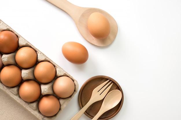 Eieren voor het koken op witte bovenaanzicht.